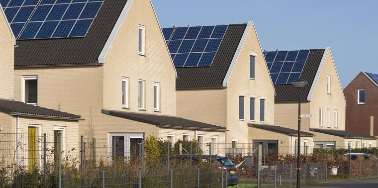 Straat met zonnepanelen op elk dak